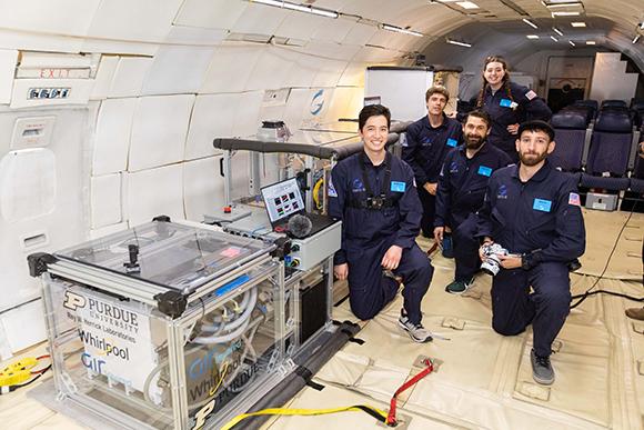 Das Team bereitet den Kühlschrank für die Flugtests vor (© Bauknecht Hausgeräte GmbH)