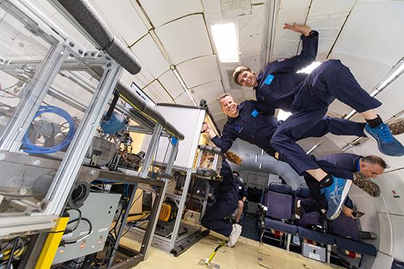 Ingenieure von Whirlpool erleben Schwerelosigkeit bei parabolischen Manövern in Fort Lauderdale, Florida (© Bauknecht Hausgeräte GmbH)